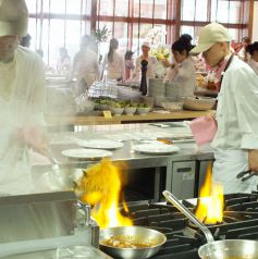 湯気…燃え上がる炎…のオープンキッチン