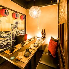 温かな照明で寛ぎの空間を演出致します。ゆったりとした雰囲気の中で飲み会をお楽しみくださいませ。