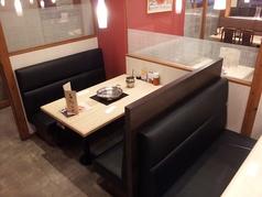 カップルや女性同士のお食事にも人気、ソファーボックスシート。背もたれが高く設計してあり、目線が気になりません。両方ともベンチシートのゆったりとした席。