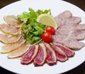 料理メニュー写真藁薫るスモーク肉刺カルパッチョ