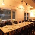 <テーブル>白を基調としたおしゃれな店内。女子会、ママ会、お食事会にどうぞ♪