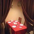 完全個室はございませんが、カーテンで仕切った半個室のテーブル席ございます。4名様まで着席可能!人気なのでお早めにご予約を!