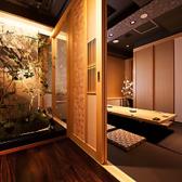 石と木の壁が和の風情を演出する空間は、扉で仕切ることにより、その表情を2名様用にも団体様用にもご用意可能です。京格子戸を閉めれば個室のようにご利用いただくことができます♪