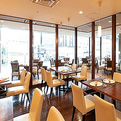 ガラス張りの、開放的なレストラン。広々とご利用可能なお席です。ご家族やご友人、大切な人とのお食事にご利用ください。