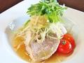 料理メニュー写真葱と生姜で蒸し上げた本日の鮮魚の醤油ソース