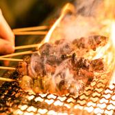 『九州料理&炭火焼き居酒屋 九州いち』こだわりの食材の一つが九州地鶏です。柔らかくジューシーながら、地鶏らしい歯ごたえもしっかりと感じられる旨味たっぷりの肉質は、調理方法を選ばない美味しさ。地鶏のもも焼きや地鶏のたたきポン酢など、炭火で仕上げる逸品メニューは特に人気です。