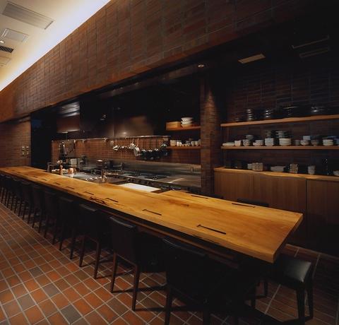 料理人との会話を楽しめる人気のカウンター席。つい時間を忘れる居心地の良さ。