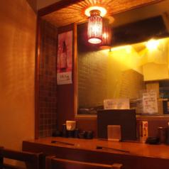 暖色系の照明が優しく包み込むカウンター席です。さくっと飲むのもよし。落ち着いた雰囲気でゆったりとした時間をお過ごしください。