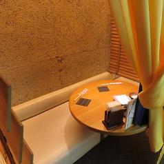 【カップルシート席】落ち着いた雰囲気で過ごしやすいカップルシートは全8卓ございます。デートや友達同士でのご飯におすすめです♪人気のお席ですので、お早めにご予約ください。