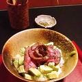 料理メニュー写真アボガド和牛ローストビーフ丼(味噌汁付)