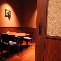 接待にお勧めの完全個室。扉を閉められるので落ち着いた雰囲気でお食事いただけます。