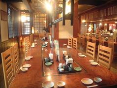 広々として開放的なテーブル席も豊富にご用意しております。自慢の料理・お酒と共に、和やかな雰囲気もお楽しみください♪ちょっとした宴会や仲間内としっぽり語り合ったりするのにもピッタリ◎