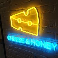 かわいいチーズのサインがお出迎え!