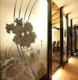 各個室はもちろん、階段や廊下にいたるまであらゆるところにこだわりの光る店内は、ひとつの大きなアート作品のよう。天然素材と人工素材の組み合わせが独特の風格を生み出しています。