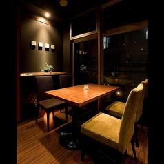 窓際のテーブル席