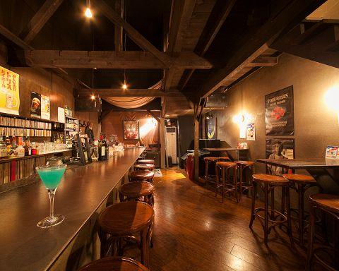 ショットバーのスタイルで、昔ながらの洋食を味わえる、レトロな一軒家のバー。