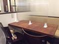 木製のテーブル&イスです。飛沫防止のパネルで仕切られています。