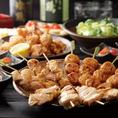 当店の串焼きは、鹿児島県産 桜島ゴールドを使用しています。天然地下水とハーブ、めかぶ、お茶などを加えた飼料で大切に育てられた肉質は、脂肪分が少なく、ジューシーな味わいが特徴です。新鮮な桜島鶏を毎日手刺ししてフレッシュな状態でご提供致します。是非一度御賞味下さい。