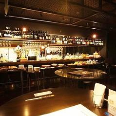 当店のバルスペースにあるカウンター席。バルスペースで飲み放題・食べ放題ご利用の方限定8種類以上のワインが飲み放題!さらにバルスペースのカウンター席ご利用のお客様は生ビールも飲み放題ご利用可能。是非ご利用ください。