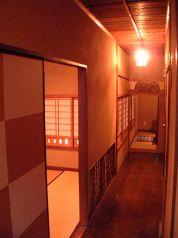2階廊下…この先々に個室あり。