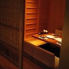 木の温もりを感じる完全個室の掘りごたつ席!大変人気のお席となっておりますのでご予約はお早めにお願いします。雰囲気抜群の個室は周囲を気にすることなく楽しいお時間をお過ごしいただけます。おもてなしや接待、合コンなどにも最適なお部屋となっております。