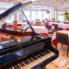 【アメジスト】最上階からの展望も良く、開放的な感じが魅力。室内は、大理石の床と木目調の壁が特徴的。グランドピアノ、音響を完備し、40名様までの中小のパーティールームとしても人気のフロアです。