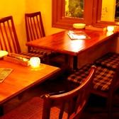 【1階/テーブル席】イタリアからやってきた薪釜がどどんっと目の前に!!薪の香ばしい香りやオープンキッチンから漂う美味しい香りに包まれます♪おひとり様も大歓迎の1階席はバルスタイルで気軽に立ち寄ってくださるリピーター様も多数★