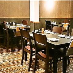 テーブル4名席。お仕事帰り/友人/同期同僚/二次会に♪人気席の為、お早目の予約がおススメです★おしゃれな店内で本格焼き鳥やお刺身を皆様で楽しめるお席です。