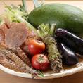 野菜は浪速の伝統野菜を中心に、こだわりの鮮魚や三郎牛などを使った浪速割烹をご用意。素材を全部無駄にすることなく味わい尽くす、これが「始末の心を守る」浪速割烹。