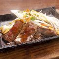 料理メニュー写真宮崎牛の鉄板ステーキ~どっさりねぎ盛り にんにく醤油かけ~
