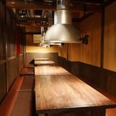 1F・最大24名様まで宴会可能な横並びのテーブル席