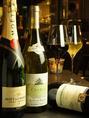 お食事と一緒に、風味の良いお酒はいかがですか?素敵な夜に乾杯を。
