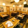 1階席には2~4名様での少人数宴会から、10~20名様ほどの中規模宴会までご利用いただけるテーブル席をご用意!テーブルをつなげることで、自由にレイアウト変更が可能です。柔らかな印象の木目で統一された空間と、みんなでワイワイ楽しめる賑やかな酒場の雰囲気が自慢の空間です♪