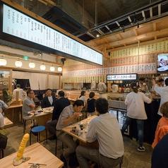 天井が高く広々とした活気ある店内には、テーブル席が多数。少人数から、最大90名様のご宴会まで可能です!