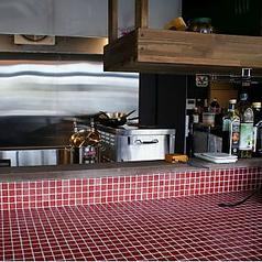 オーナーこだわりのタイルを一面にひいたカウンター。料理を作る姿も見られ、楽しいひと時。2名テーブルも一卓ございます。