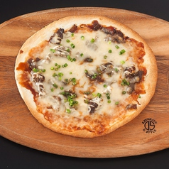 料理メニュー写真スジ煮込みピザ