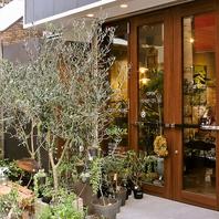 お店の外の植物が目印!!植物関係の物販も行ってます。