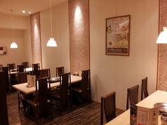 会社の集まりに最適。24名まで収容可能な半個室空間。6名テーブル×2と3名テーブル×3のお部屋。他のお客様と離れた空間なので、会社の宴会にも最適です。ご利用についてはお気軽にご相談くださいませ。