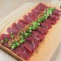 料理メニュー写真馬肉のレッドカーペット