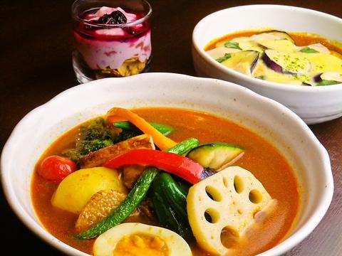 食材にこだわったインドカリーとスープカリー。辛さとトッピングはお好みで。