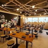 3階の宴会フロアは白を基調とした、開放的なお席です。明るすぎないスポット照明を使用しており、落ち着いた雰囲気の中、ご宴会を楽しめます。奥には、日本酒をセルフで注いでいただくスペースや、壁にはその日の日本酒のリストや飲み方が描かれているので、目でもお酒を楽しんでいただけます。
