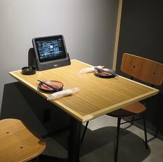 2名用個室のテーブル席も完備♪タッチパネルで楽々注文できます。