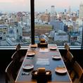 大きな窓で明るく開放感がある気持ちの良い空間。景色を愉しみながら、仲間内での食事会に最適のテーブル席です。特に夜は夜景が綺麗。大切な人と過ごす時間に最適な、雰囲気抜群のお席です。