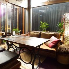 外の庭園を眺めながら優雅にお食事をお楽しみください