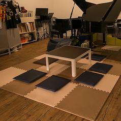 テーブルは移動ができるので、レイアウトの変更OK。+αでお席を増やすこともできます。その時のシチュエーションに合わせて対応致しますので、お気軽にご相談ください♪