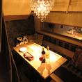 【2階】秘密の個室席ございます。接待や宴会などに最適のプライベート個室空間♪お忍びデートや特別なシーンにお客様にリラックスして会話を楽しんでいただけるようゆったりとした空間をご提供致します。美酒美食を心ゆくまでご堪能を♪
