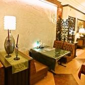 重厚感のあるソファーテーブル席。アンティーク調の家具や照明に囲まれ、大人の雰囲気を味わえるお席。大切な人との記念日等でのご利用にもオススメです。