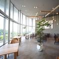 お洒落空間◆緑豊かな癒しのお洒落空間。店内の大きな窓から差し込む温かい光が気持ちの良い空間です。夜は、夜景も一望できる、雰囲気抜群の空間です!