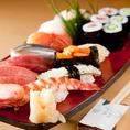 全国各地で獲れた新鮮な魚を使用したお寿司を堪能できます。本格的ながら、値段は1貫100円~500円とリーズナブルなので、流行りの回転寿司に行くのとそこまで変わらないお値段で美味しいお寿司を楽しめます。ランチ営業もしておりますので、たまには贅沢なランチもいかがでしょうか?