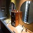 【化粧室】女性用スペースには洗面台が2台、個室が2部屋、各種アメニティもご用意しております♪(店内レイアウト5)